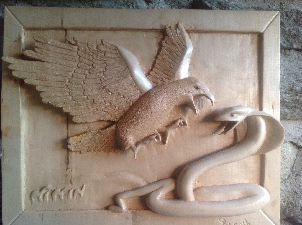 Scultura in legno di aquila Vs Cobra in pieno deserto interamente fatto a mano