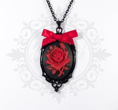 collana cammeo 30x40 nero con fiore rosa rosso. base metallo nero con fiocco in raso rosso - pin up kawaii rockabilly retro goth lolita