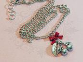 Collana con ciliegie in metallo argentato anticato e fiocco rosso in metallo- cherry pin up rockabilly retro kawaii goth lolita