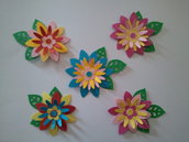 5 fiori con foglioline in cartoncino fustellato