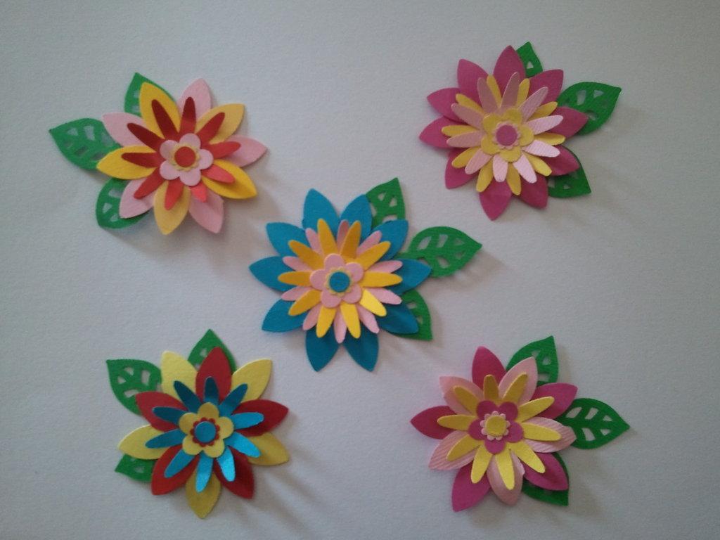 5 fiori con foglioline in cartoncino fustellato for Fiori di cartoncino