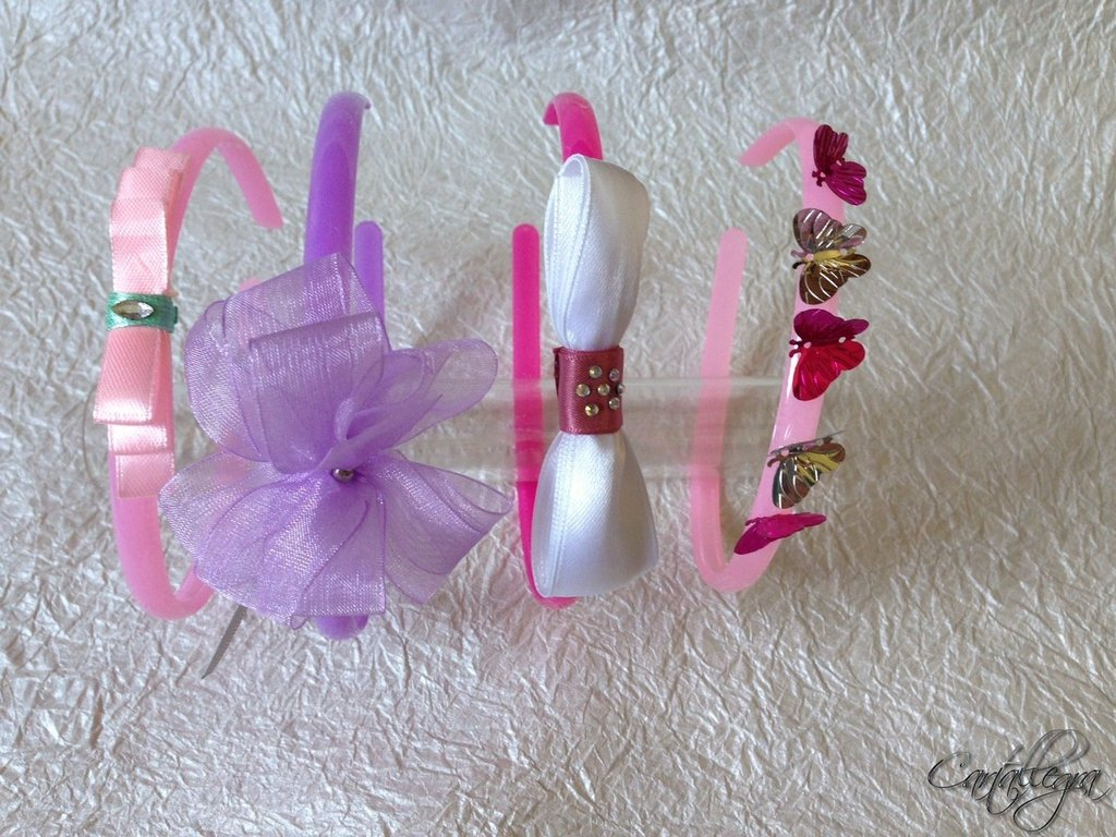 Cerchietti in plastica colorati per bambina e decorati con fiocchi, coccarde, strass e farfalle
