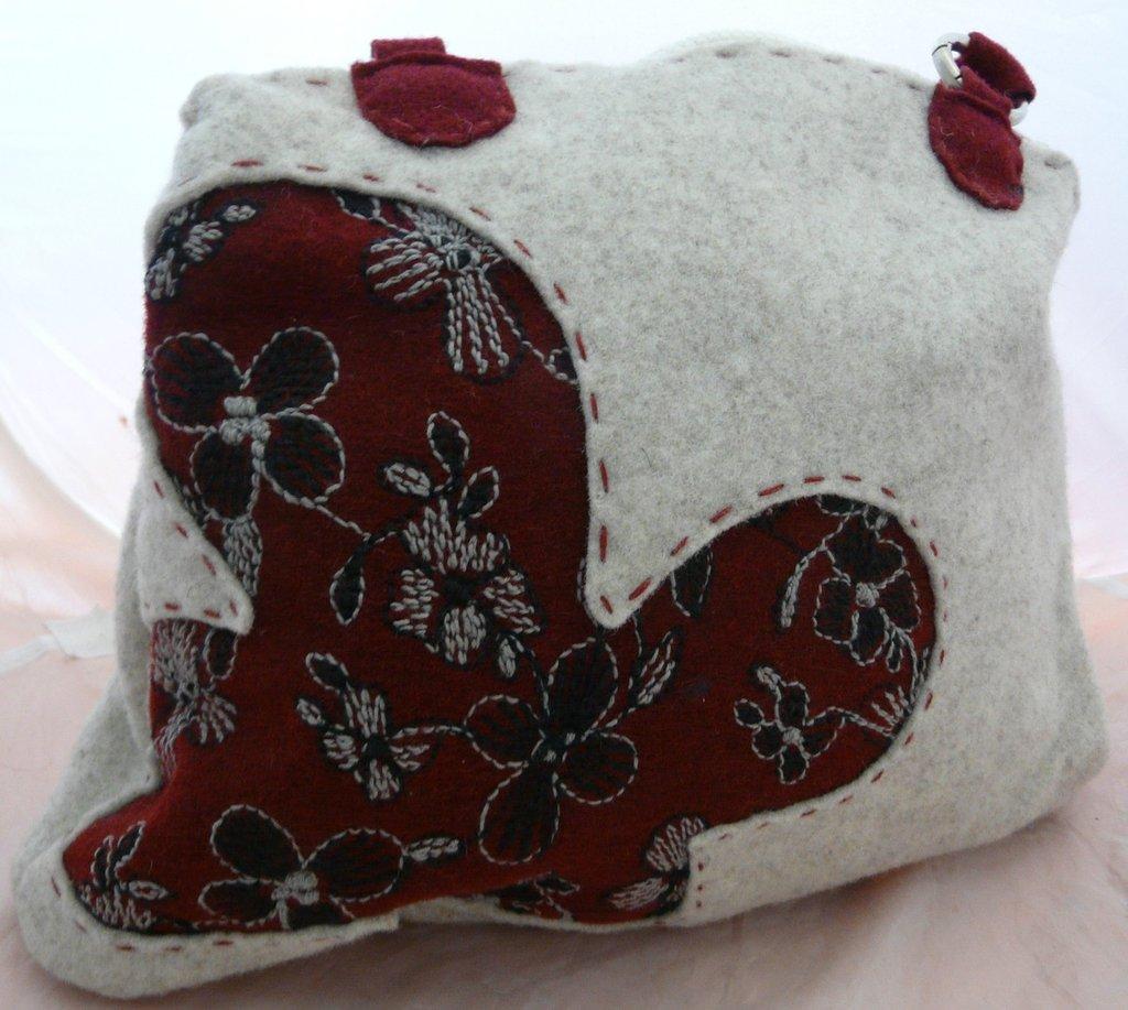 borsa in feltro ricamato rosso