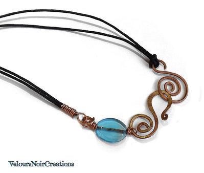 Collana con spirale celtica in rame e perla in vetro azzurro