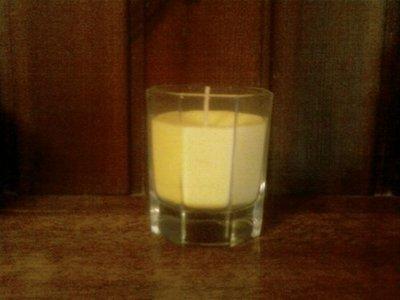 candela alla citronella in bicchiere di vetro