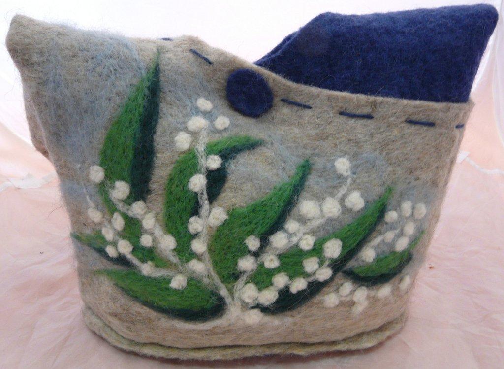 borsa in feltro con decoro in lana cardata