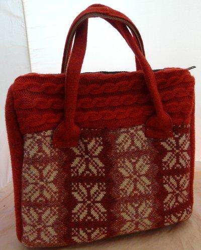 borsa rossa in lana cucita a mano