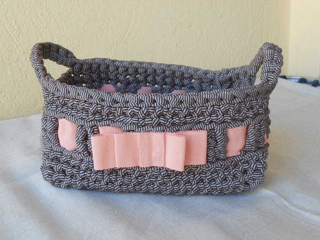 Cestino   porta tutto  rettangolare in fettuccia a righine con fiocco rosa.