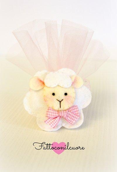 bomboniera calamita pecorella con fiocco rosa per nascita o battesimo