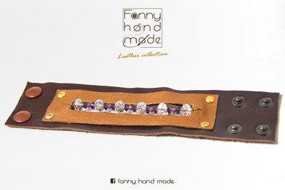 Bracciale in pelle  in due tonalità di marrone con perle di vetro colorate.