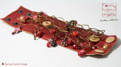 Bracciale in pelle rossa con decoro in filo di alluminio colorato,  perle di vetro e pendenti.