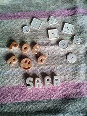 Lettere e bottoni in polvere di ceramica
