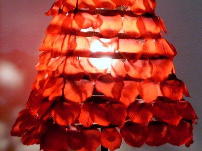 Lampada petali di stoffa rossi