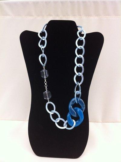 Collana azzurra in maglia alluminio con pietre in resina