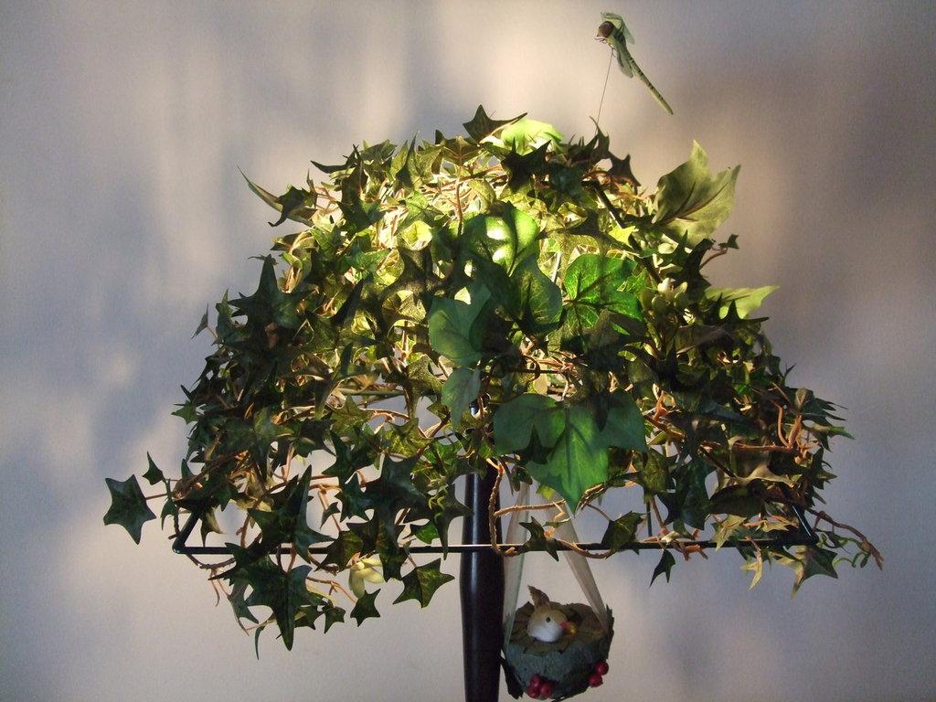 Lampada edera verde in stoffa, con bacche, libellula e uccellino