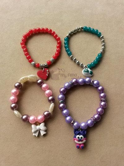 Braccialetti elastici con perle e charms in fimo