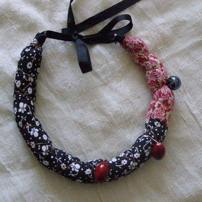 collana imbottita rossa e nera