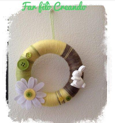 Ghirlanda-coroncina primaverile in lana colorata  ed applicazioni in feltro, bottoni e gesso ceramico