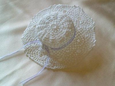bomboniera all'uncinetto a forma di cappellino