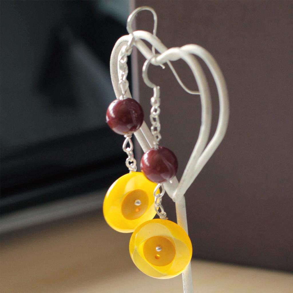 O12.14 - Orecchini pendenti con bottoni gialli