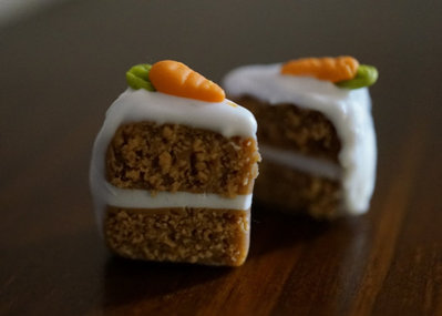 miniatures to wear - Orecchini con torta alle carote in Fimo cernit - beneficenza animali