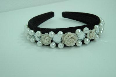 Cerchietto in velluto con perle e rose in maglia metallica color argento