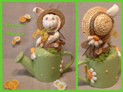 Annaffiatoio in ceramica con coniglietto in pasta di mais