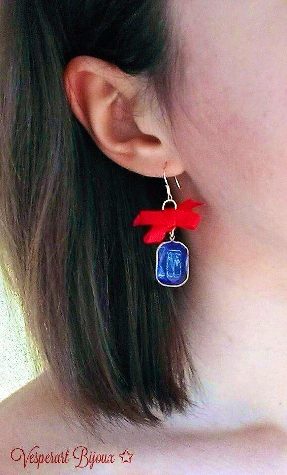 Orecchini pendenti con cristallo di vetro blu e fiocco rosso