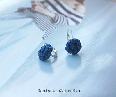 Orecchini uncinetto - roselline in seta - blu notte con chiusura a gancio