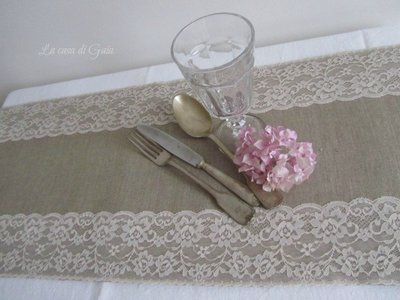 Runner Country chic style in lino naturale e pizzo Valencienne