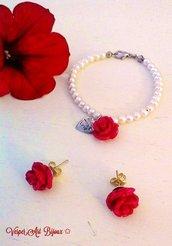 Parure bracciale di perle bianche e rosa rossa con orecchini rosa rossa