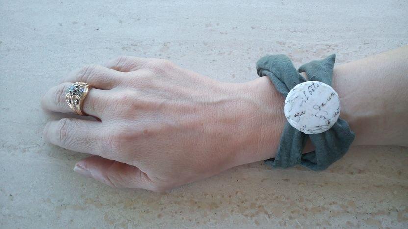 bracciale in fettuccia verde salvia e decodazione con bottone decopage