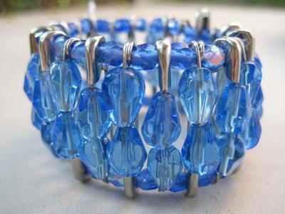 Bracciale con spille e perle azzurre