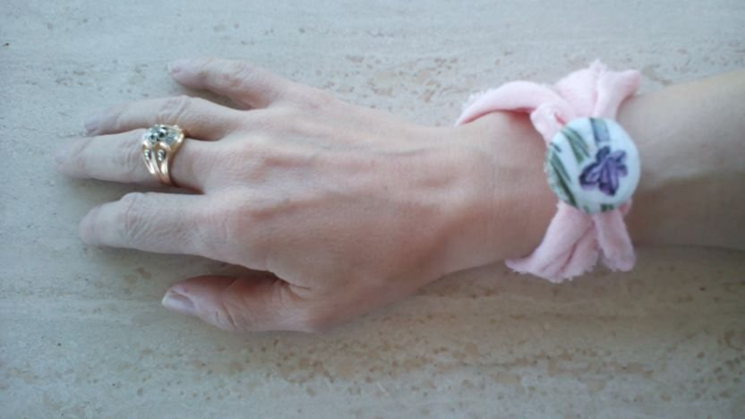 bracciale in fettuccia rosa e decodazione con bottone decopage