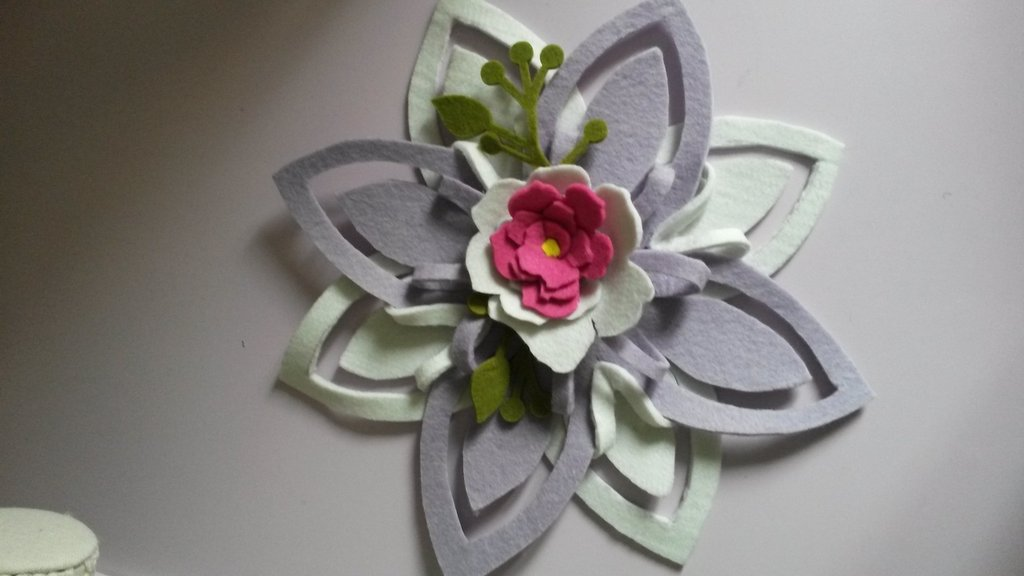 Centro tavola in fiore di feltro