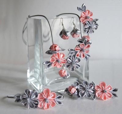 Set (collana, braccialetto, orecchini,) colore grigio rosa kanzashi fatta a mano