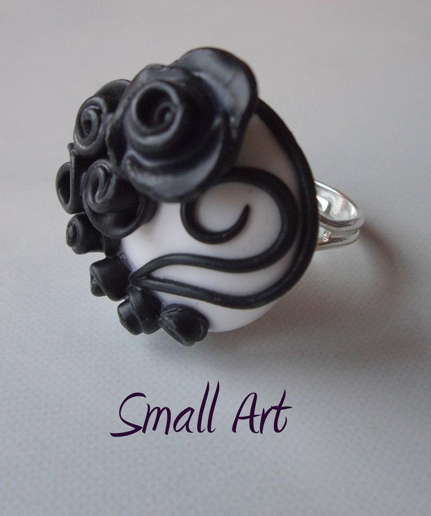 Anello regolabile con rose nere su fondo bianco