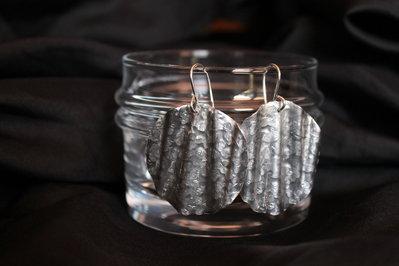 """Orecchini """"Teti"""" in alluminio battuto e ganci in argento"""