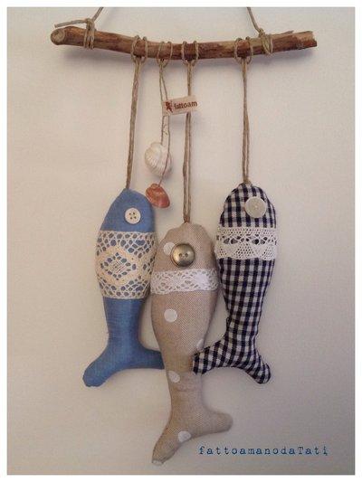 Pesciolini di stoffa imbottiti  appesi ad un rametto