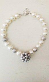 Collana con sfera di perle grigie e bianche.