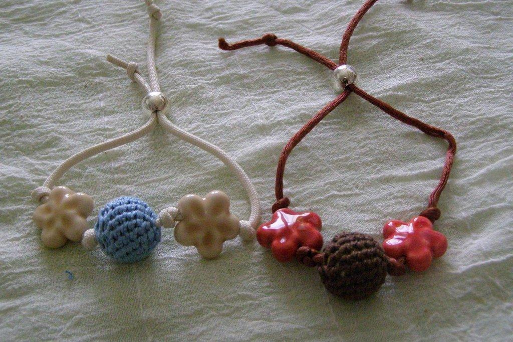 braccialetti regolabili con pallina e fiori