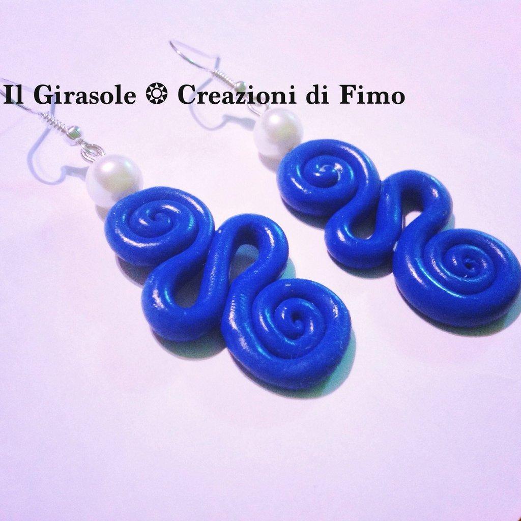 Orecchini pendenti con spirali blu e perla bianca in fimo fatti a mano