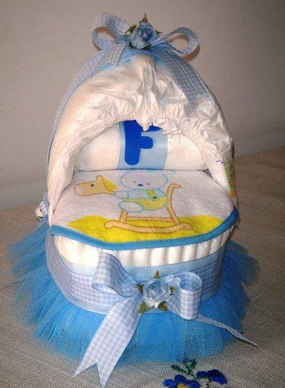 Culla di pannolini con tulle e fiori azzurri - Idea regalo nascita bimbo