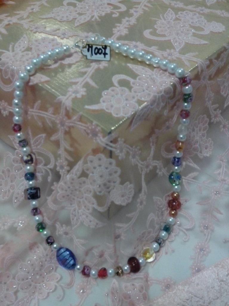 M 007 - Collana perle bianche e murrine colorate