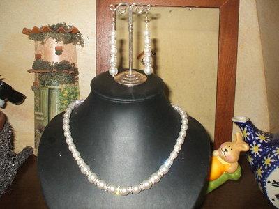 collana e orecchini di perle e strass