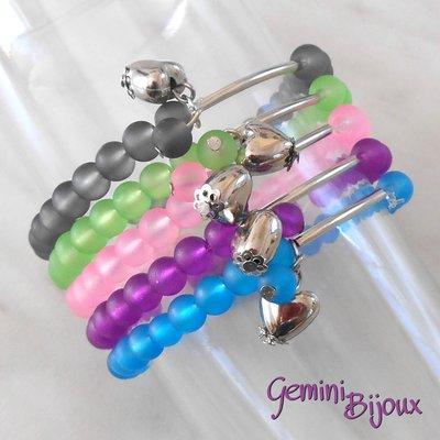 Bracciale cinque file perle frosted su filo elastico e pendente cuore, colori mix, fatto a mano
