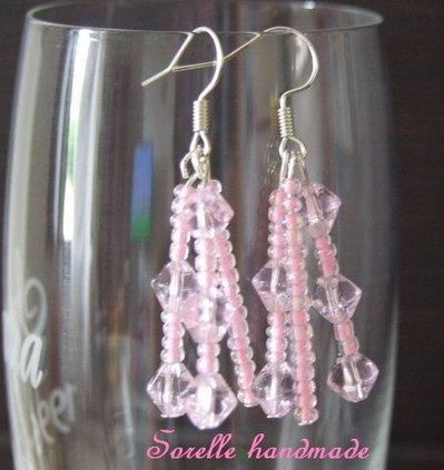 Orecchini con perle di vetro rosa