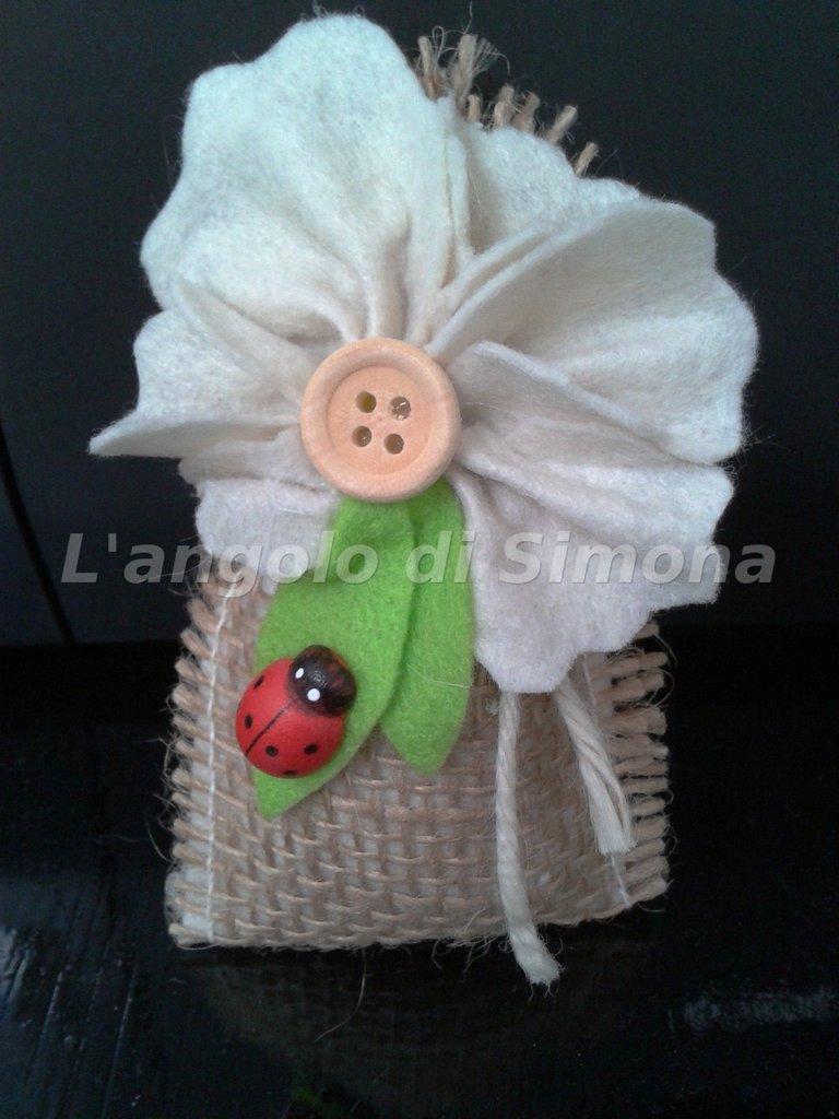 Bomboniera sacchetto iuta e feltro con fiore e coccinella
