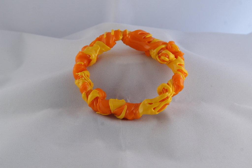"""Bracciale """"Fork"""" realizzato con forchette di plastica colorate arancioni e gialle"""
