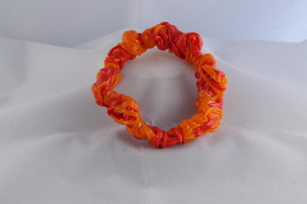"""Bracciale """"Fork"""" realizzato con forchette di plastica colorate rosse e arancioni"""